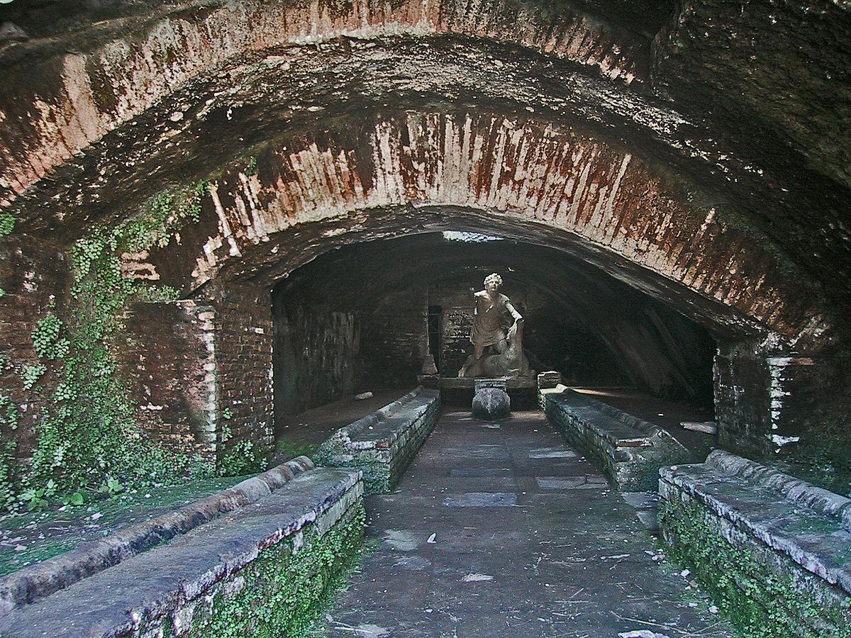 1200px-Ostia_Antica_Mithraeum