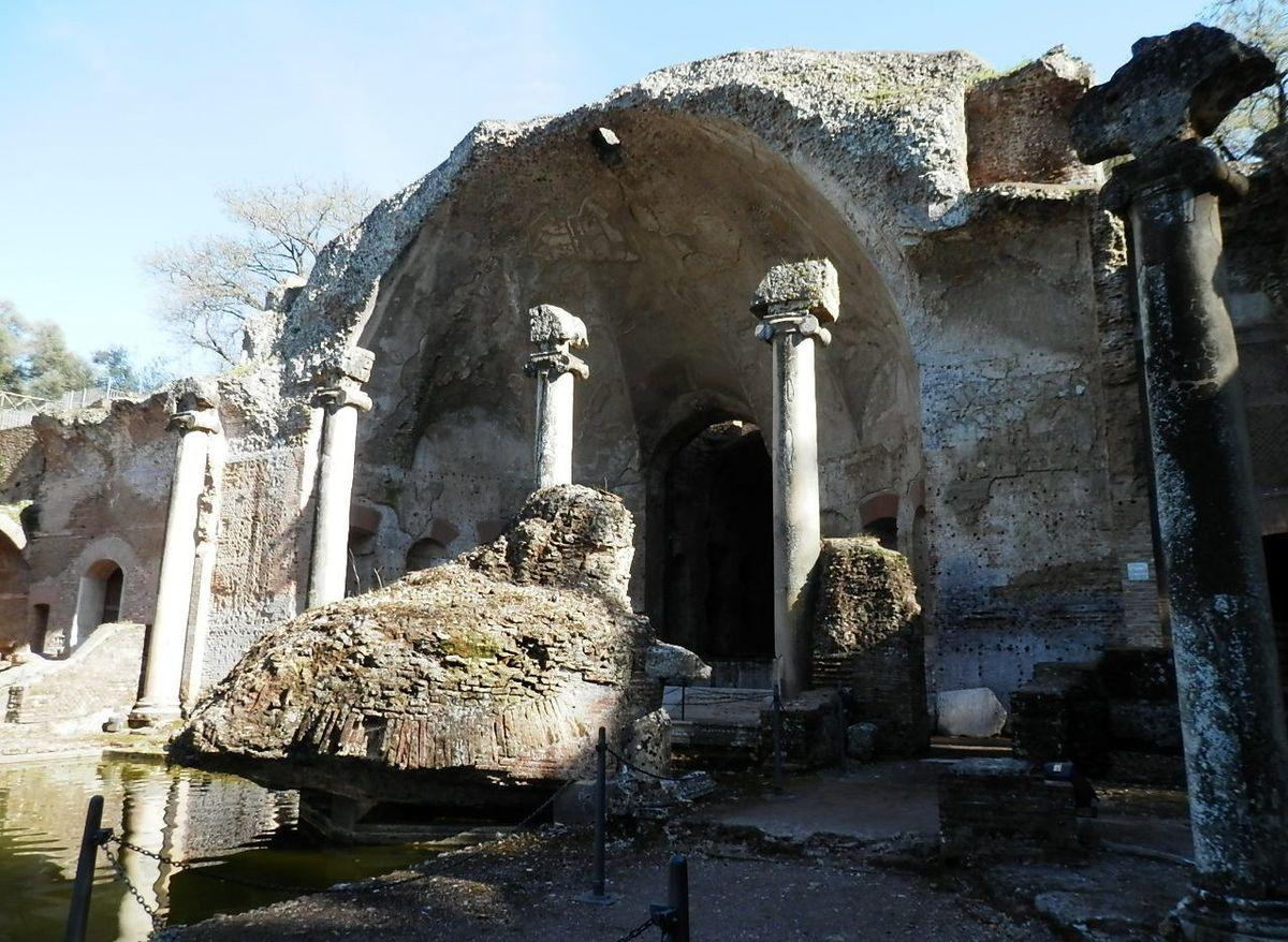 1200px-Tivoli-_Hadrianus_császár_-_'Villa_Adriana'_romkert4