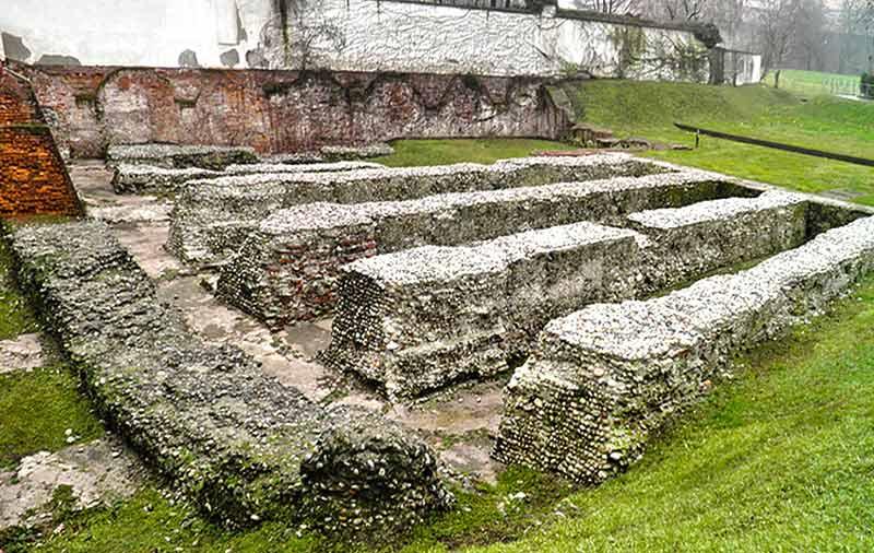 руины амфитеатра в Милане