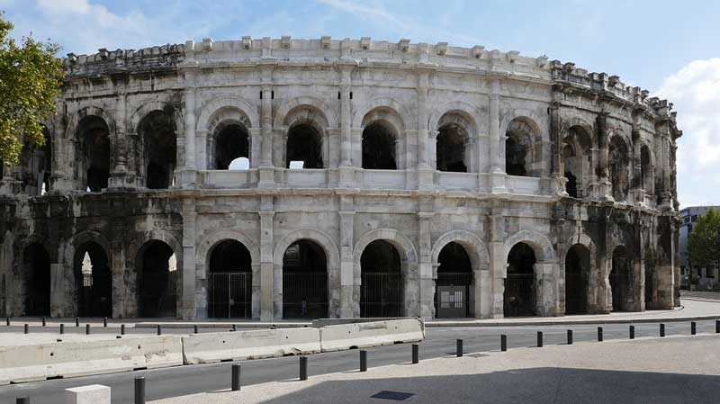 руины римского амфитеатра в ниме