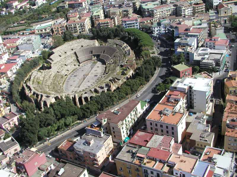 руины римского амфитеатра в Поццуоли
